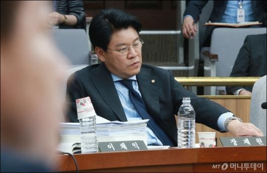 [사진]장제원 '딴청'