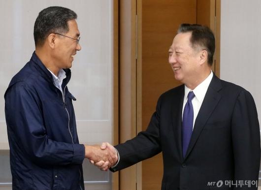 [사진]악수 나누는 김주영 위원장과 박용만 회장