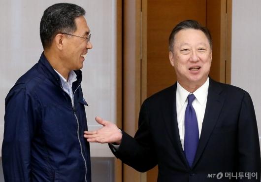 [사진]이야기 나누는 김주영 위원장과 박용만 회장