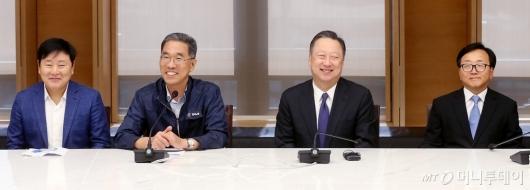 [사진]밝게 웃는 박용만 회장과 김주영 위원장