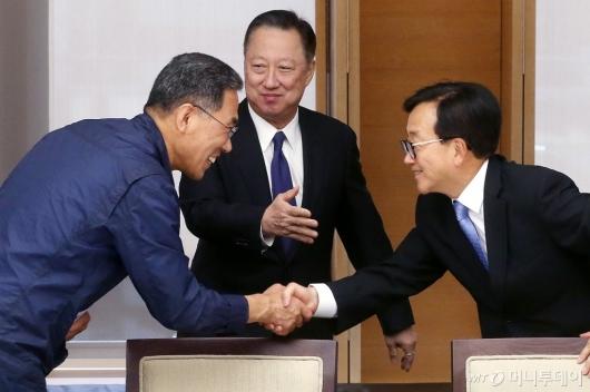 [사진]악수 나누는 김주영 위원장과 이동근 부회장