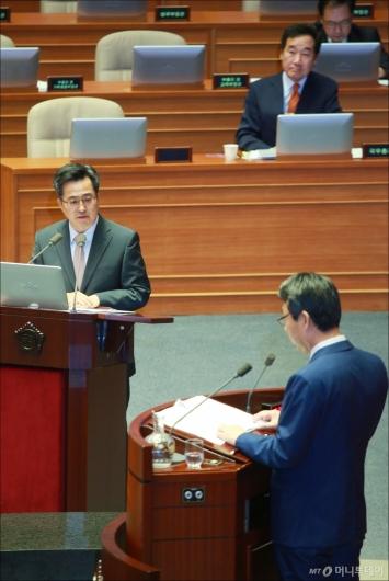 [사진]경제분야 대정부질의 출석한 김동연 부총리
