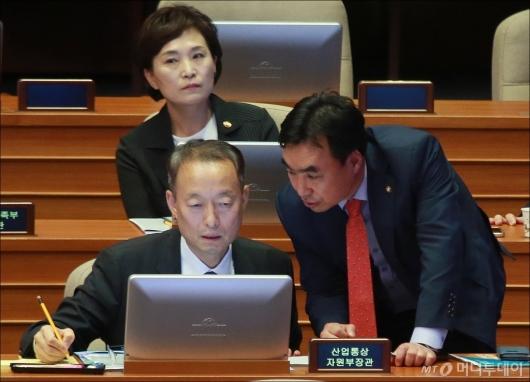 [사진]대화하는 백운규 장관-윤관석 의원