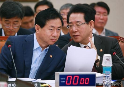 [사진]논의하는 김영춘-김영록 장관