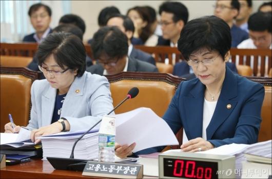[사진]자료 살펴보는 김영주-김은경 장관