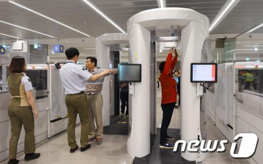 [사진]인천공항 제2터미널, '철저한 보안검색'