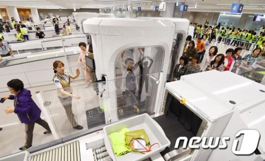 [사진]전신검색대 시연하는 가상 여객들