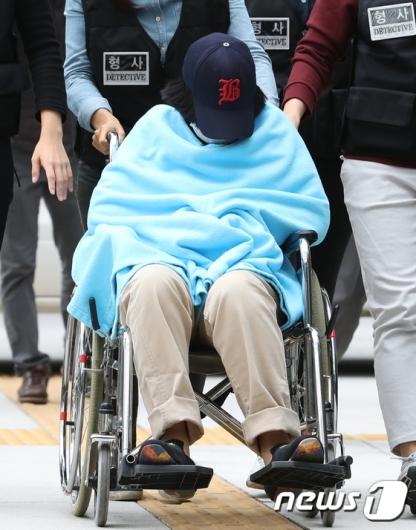 [사진]법원 도착한 '어금니 아빠' 딸