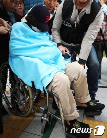[사진]휠체어로 이동하는 '어금니 아빠' 딸