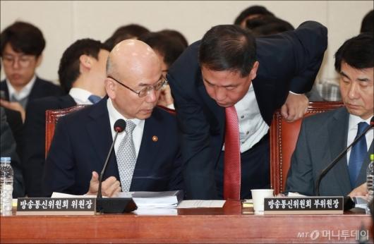 [사진]국감 앞둔 이효성 방통위원장