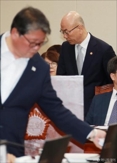[사진]이효성 선서에 자리뜨는 조원진