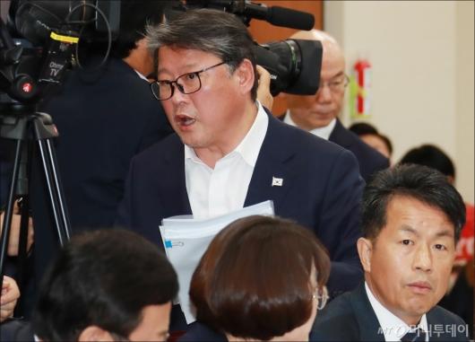 [사진]조원진, 이효성 선서에 청문회장 퇴장
