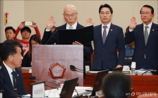 [사진]이효성 방통위원장 국감 선서