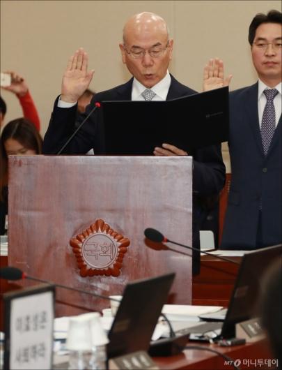 [사진]선서하는 이효성 방통위원장