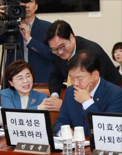 [사진]야당의원에게 인사하는 우원식 민주당 원내대표