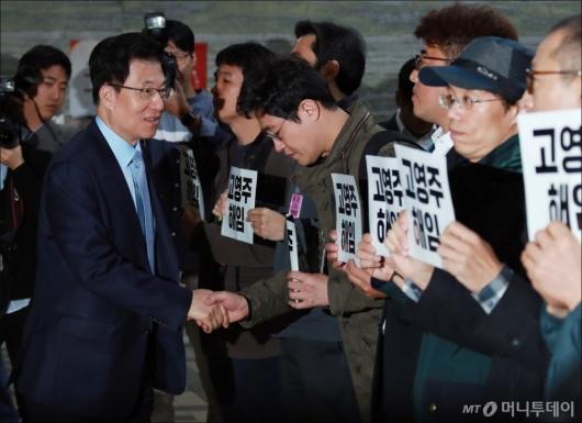 [사진]MBC 노조원들 격려하는 신경민 의원