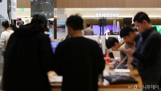 [사진]북적이는 삼성전자 매장