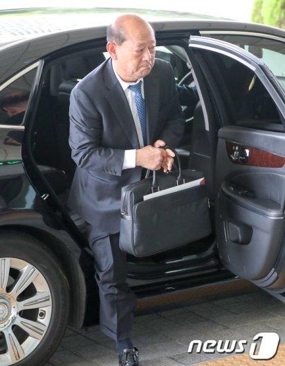 [사진]송두환 검찰개혁위원장 '서류가방 들고'