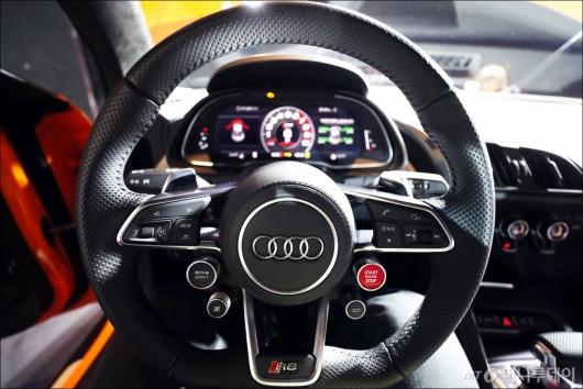 [사진]더 뉴 아우디 R8 V10의 스티어링 휠