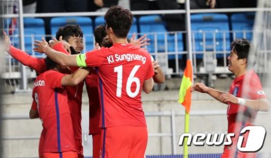 [사진]손흥민의 두골에 얼싸 안은 대한민국 선수들