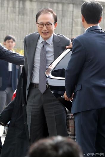 [사진]인천공항 도착한 이명박 전 대통령