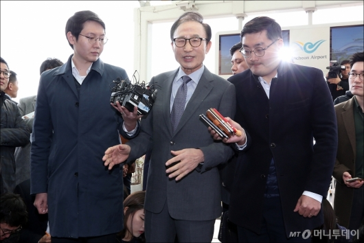 [사진]입장 밝히는 이명박 전 대통령