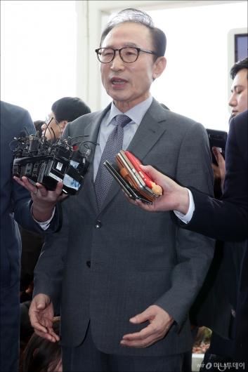 [사진]이명박 전 대통령 '정치 보복 의심'