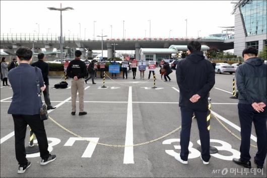 [사진]MB출국길에 피켓 든 시민들