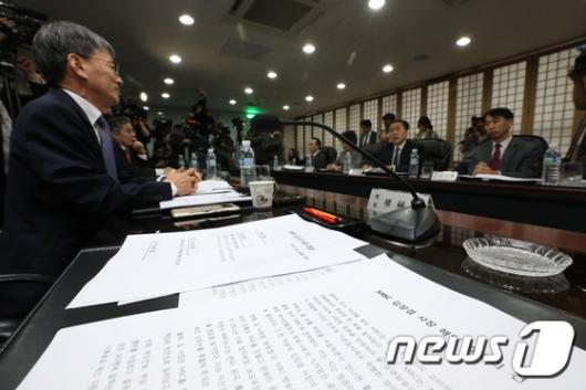 [사진]책상에 놓인 김장겸 MBC사장 해임안