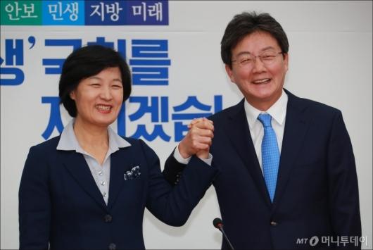 [사진]손잡은 유승민-추미애 대표