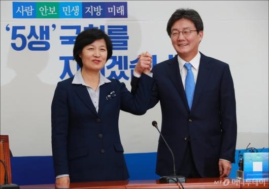 [사진]유승민 바른정당 신임 대표, 추미애 민주당 대표 예방