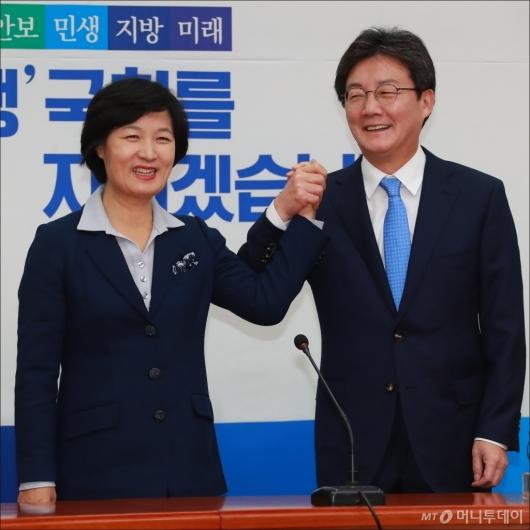 [사진]손잡은 추미애-유승민 대표