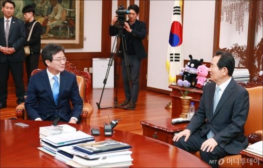 [사진]환담하는 정세균 국회의장-유승민 바른정당 신임 대표