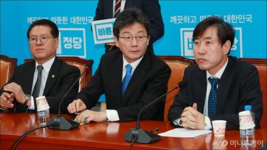 [사진]최고위 회의 주재하는 유승민 바른정당 신임 대표