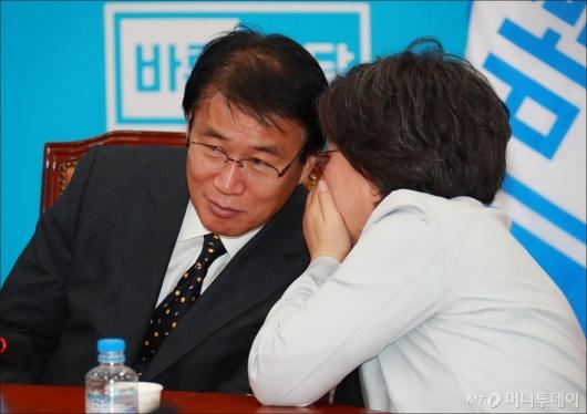[사진]귀엣말하는 권오을-이혜훈