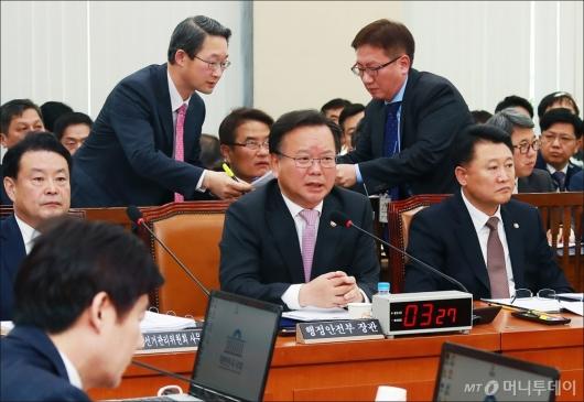 [사진]행안위 예산심사 회의 출석한 김부겸 장관