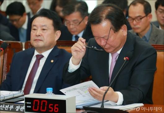 [사진]자료 살펴보는 김부겸 행안부 장관