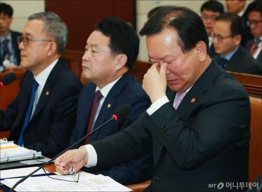 [사진]피곤한 김부겸 장관