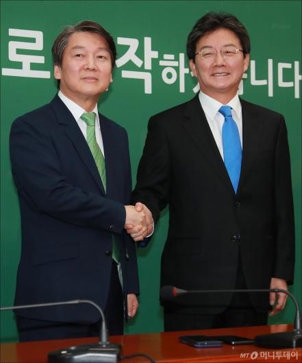 [사진]악수하는 안철수-유승민 대표