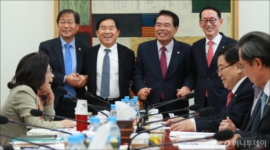 [사진]손잡은 예결위원장과 3당 간사들