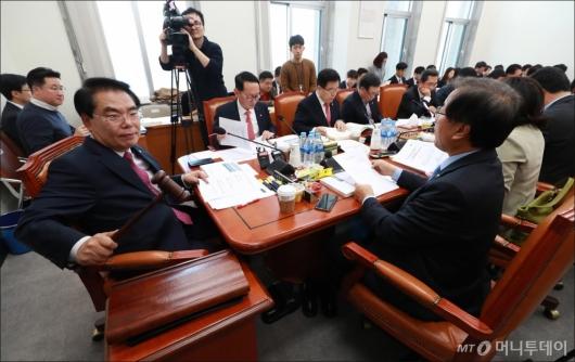 [사진]예산안 조정소위 첫 회의 주재하는 백재현 위원장