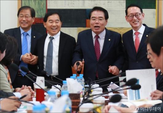 [사진]손잡고 활짝웃는 예결위원장과 간사들