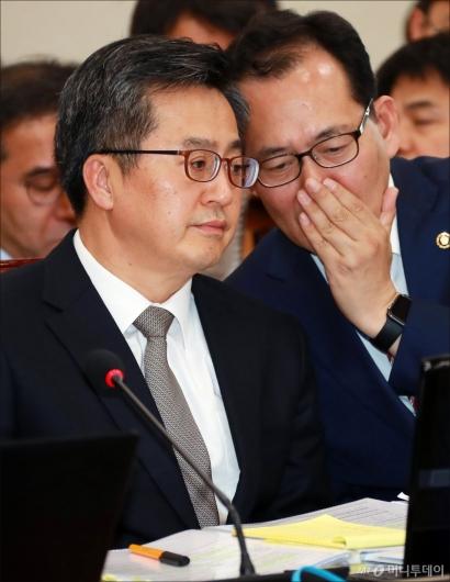 [사진]귀엣말하는 기재부 장·차관