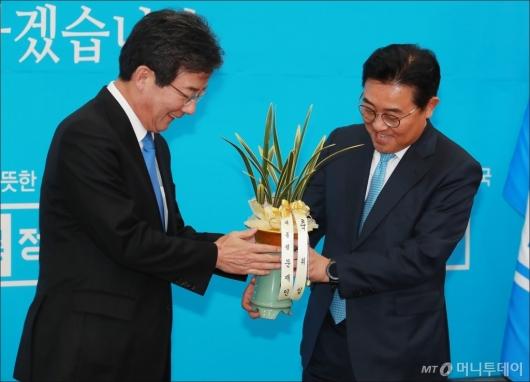 [사진]文대통령 축하난 받는 유승민 바른정당 신임대표