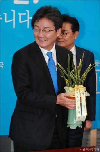 [사진]대통령 축하난 든 유승민 바른정당 대표