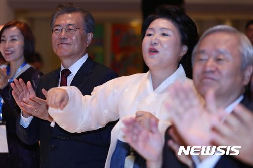 [사진]말춤 추는 김정숙 여사