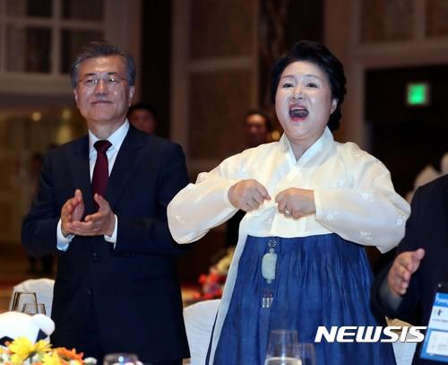 [사진]'평창스타일'에 맞춰 말 춤 추는 김정숙 여사
