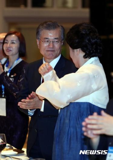 [사진]김정숙 여사의 말 춤 보는 문재인 대통령