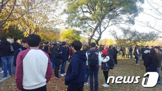[사진]포항 5.4 지진 발생, 밖으로 대피한 학생들