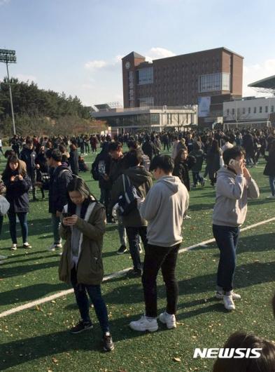 [사진]포항 지진에 놀라 대피하는 학생들